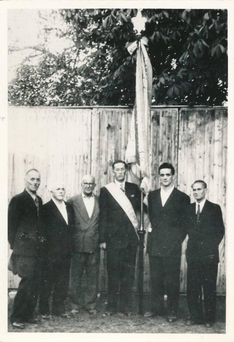 Handover of the Domoljub flag. From left to the right: Vjekoslav Šepić-Lojzo Šalov from Rukavac, Mene Mandić from Mihotići, Danijel Seljak from Pobri, Josip Crnić (Veli Jože) – new Association president, Franjo Šepić-Tometov and Anton Perger from Rukavac.