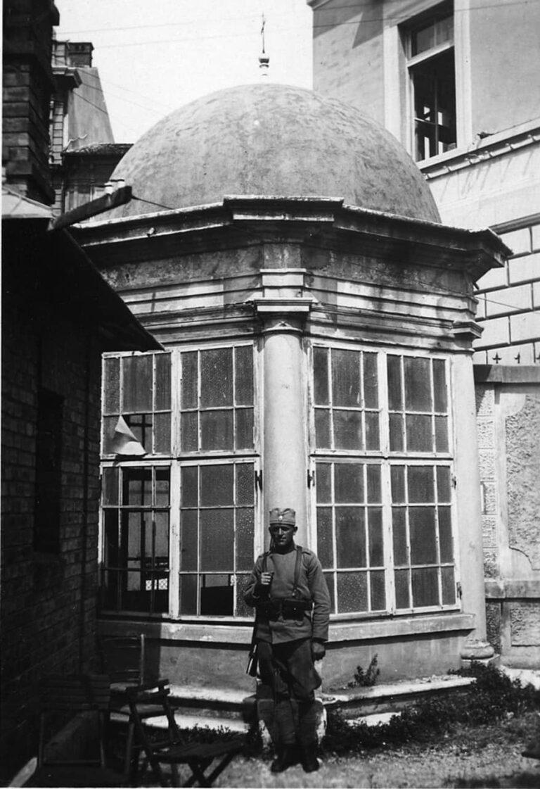 Stražar Kraljevine SHS pored kapelice sv. Ivana Nepomuka, 1920.